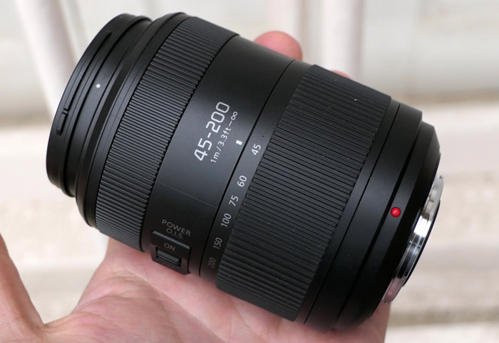 Panasonic 45-200mm f/4.0-5.6 II O.I.S. в руке